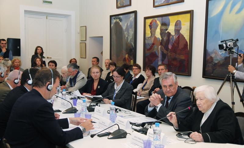 Lyudmila V. Shaposhnikova leads the discussion