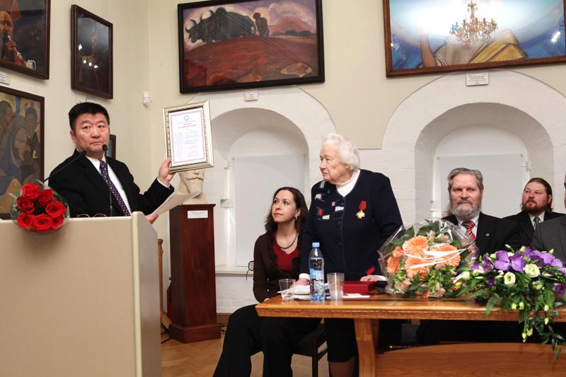 Чрезвычайный и Полномочный Посол Монголии в РФ г-н Долоонжин Идэвхтэн вручает Людмиле Васильевне диплом Почетного доктора Академии наук Монголии