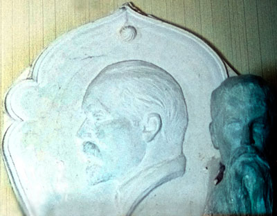 А.И.Григорьев. Барельеф Ю.Н.Рериха с 'восточным обрамлением' для мемориальной плиты на доме, где жил Ю.Н. Рерих. Гипс. 1961 г.
