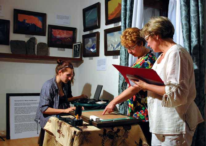 Сотрудники МЦР. Справа налево: Л.В. Сургина, Е.А. Купченко, М.Я. Данова за работой в картинной галерее ММТР в Кулу. 2012