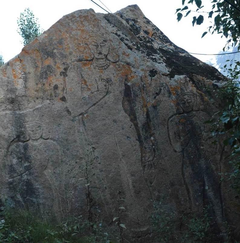 Наскальное изображение Майтрейи (в центре), Манжушри и Авалокитешвары. Лахул, п. Гундла. 2016