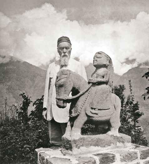 Н.К. Рерих у древней статуи Гуга-Чохана. Наггар. Кулу. 1930-е гг.