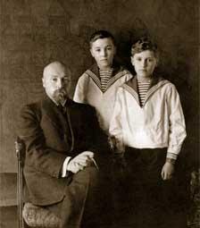 Н.К.Рерих с сыновьями Юрием и Святославом